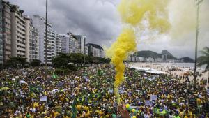 Upp till en miljon mänskor tågade längs den fyra kilometer långa stranden Copacabana i protest mot korruption och maktmissbruk