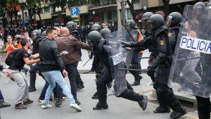Spaniens nationella polis och väljare drabbar samman utanför en vallokal i en skola i staden Tarragona.