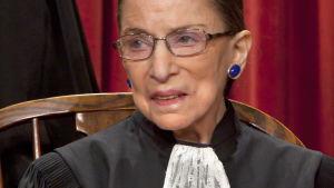 Ruth Bader Ginsberg i domarämbetets klädsel.