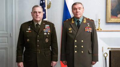 USA:s och rysslands generalstabschefer Mark Milley och Valerij Gerasimov poserar från framför USA:s och Rysslands flaggor.