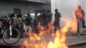 Maskerade män brände upp valmaterial vid ett röstningsställe i staden Tixtla i delstaten Guerrero den 7 juni.