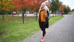 Salla-Maarit Karpio kävelee puistossa.