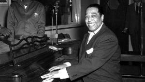 Jazzpianisten Duke Ellington spelar piano