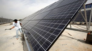En man arbetar med solpaneler i Qinghaiprovinsen i Kina