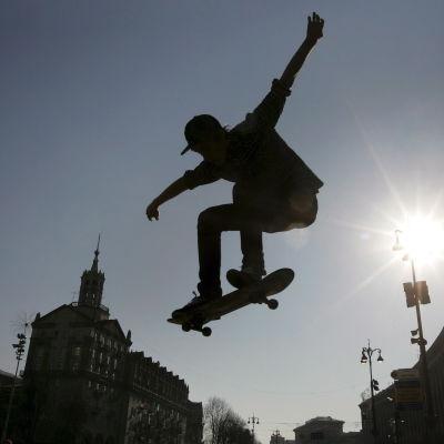 Skateboardåkare i luften.