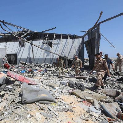 Libyska soldater inspekterade förstörelsen i den bombade hangaren på onsdagen.