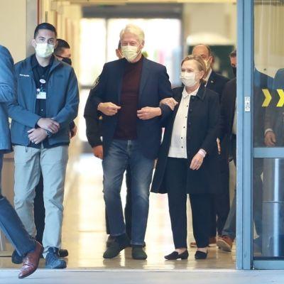 Bill Clinton lämnar sjukhuset tillsammans med sin fru Hillary Clinton