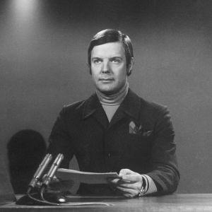 Heikki Kahila lukee uutisia vuonna 1971.