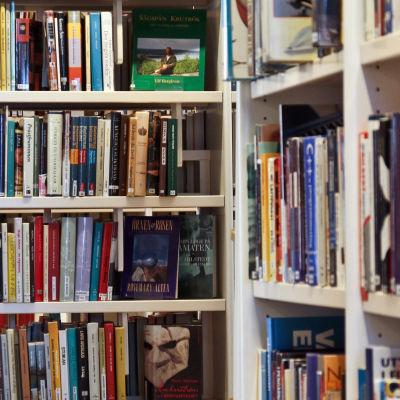 Böcker i en bokhylla i ett bibliotek
