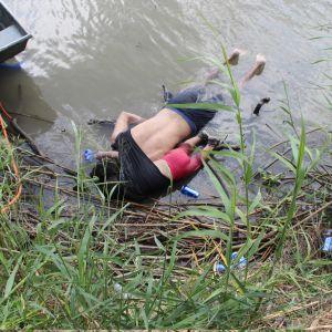 Den 25-åriga migranten Óscar Alberto Martínez Ramírez och hans knappt tvååriga dotter Valeria dog då de försökte ta sig över Rio Grande till USA.