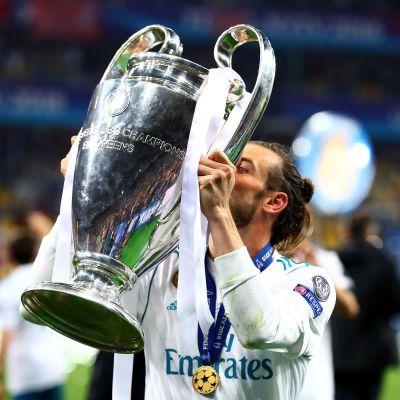 Gareth Bale kysser Champions League-pokalen.