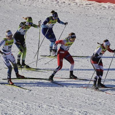 Katri Lylynperä åker i världscupen i sprintskidåkning,.