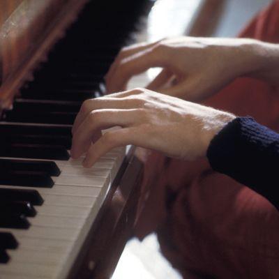 En man spelar piano