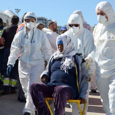 Italian laivaston jäsenet auttoivat Libyasta saapunutta pakolaista keväällä 2015. Nyt Italiassa pelätään uutta pakolaisvyöryä Turkin ja EU:n solmiman pakolaissopimuksen myötä.