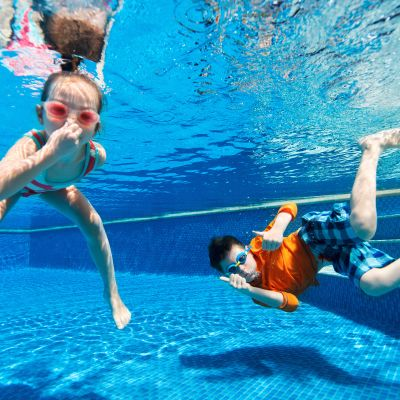 Barn i simbassäng.