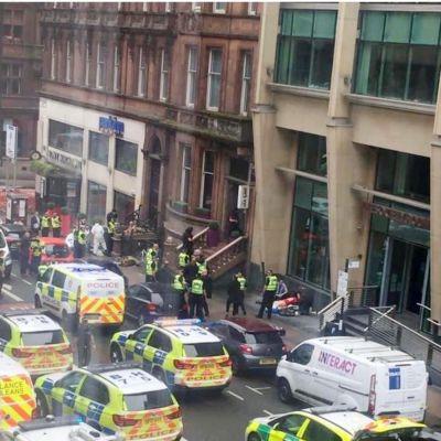 Polis och räddningspersonal inpå gatan i Glasgow.