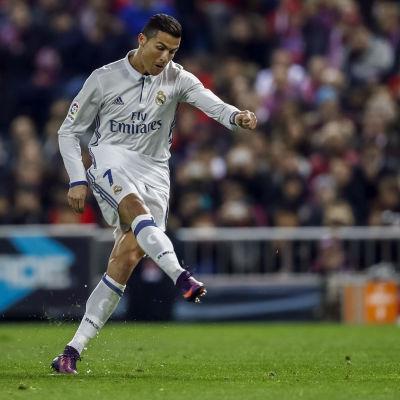 Ronaldo skjuter bollen