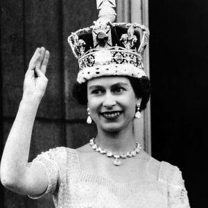 Drottning Elizabeth II av Storbritannien vinkar från balkongen efter kröningen 1953.