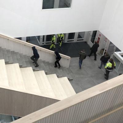 Opiskelijoita kävelee Riverian Peltolan C-talon aulassa.