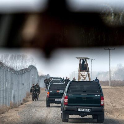 Ungerska soldater patrullerar vid gränsstängslet mot Serbien i december 2016.