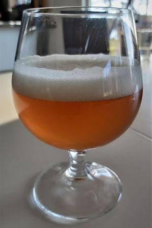 Ett glas bärnstensfärgat öl.