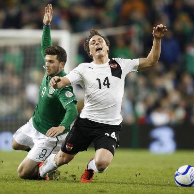 Shane Long till vänster spelar för Irland.