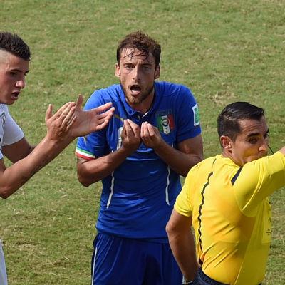 Claudio Marchisio blir utvisad mot Uruguay under VM 2014