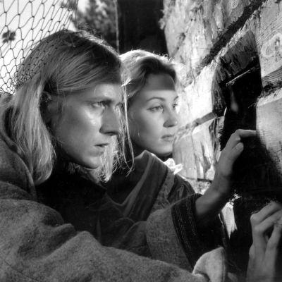Niklas Åkerfelt ja Minna Kokkonen elokuvassa Armon aika.
