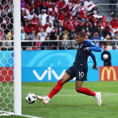 Kylian Mbappe gör mål mot Peru.