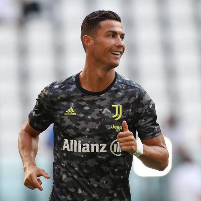 Cristiano Ronaldo ler iklädd Juventus svarta uppvärmningsblus.