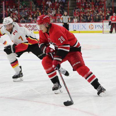 Sebastian Aho med pucken mot Calgary Flames.