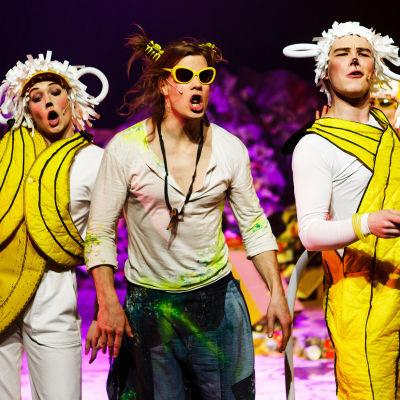 Mowgli (Ville Seivo) tillsammans med apbratsen (Reetta Kankare och Oiva Nuojua)
