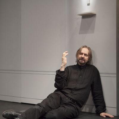 Asko Sarkola tolkar Tartuffe med en trovärdighet som når ända ut i fingerspetsarna.
