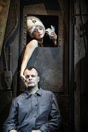 Linda Zilliacus och Niklas Häggblom i Maria Brauns äktenskap på Lilla Teatern.