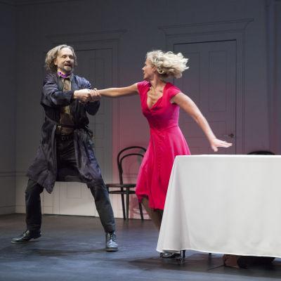 Asko Sarkola och Åsa Wallenius i Molières Tartuffe på Lilla teatern