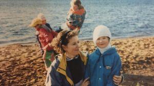 Mathias Uutela på stranden tillsammans med sin mamma Maritta Markkanen.