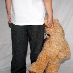 Barn med nallebjörn.