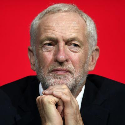 Labourledaren Jeremy Corbyn lyssnar på tal under partikongressen i Liverpool på söndagen.