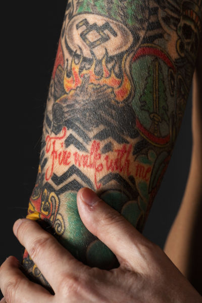 Ted Johansson visar sin arm med tatueringar.