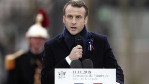 Frankrikes president Emmanuel Macron håller festtal vid Triumfbågen.