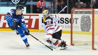 Kaapo Kakko gör mål mot Kanada.