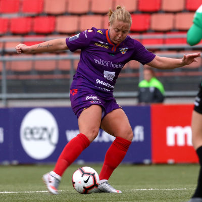 Anna Westerlund sparkar bollen.