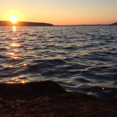 Aurinko laskee Vesijärvellä Lahdessa.