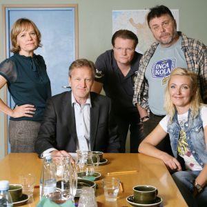 Kuvassa vasemmalta: Hieroja Regina Mälkki (Kaija Pakarinen), offset-painaja Hannes Säkkijärvi (Asko Sahlman), puheenjohtaja, dipl.ins. Tapani Riihimäk