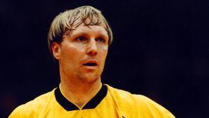 Mikael Källman i en match i Bundesligan hösten 1998.