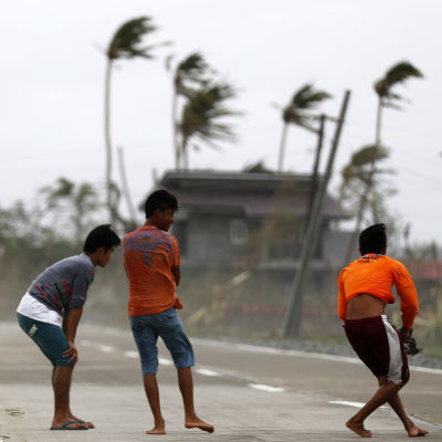 Ungdomar i Baggao, Filippinerna, under tyfonen Mangkhut.