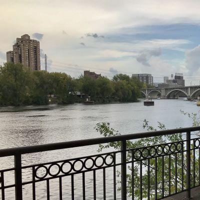 Över Mississippi-floden syns Minneapolis förorten St. Anthony.