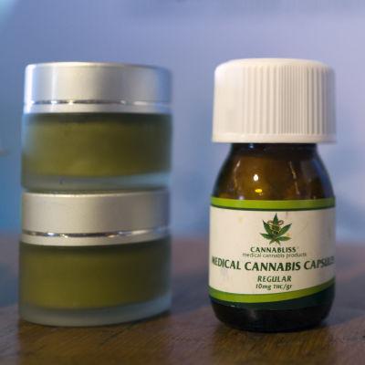 Medicinsk cannabis i små förpackningar.