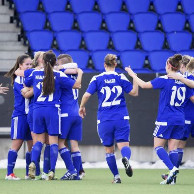 HJK:s damer firar ett mål på sin hemmastadion i Tölö.