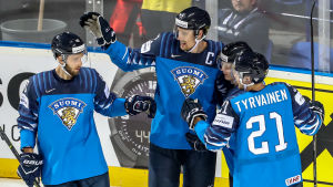 Finländska spelare jublar efter ett mål i VM.